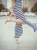 Beine der Frau mit hohen Absätzen Lizenzfreies Stockfoto