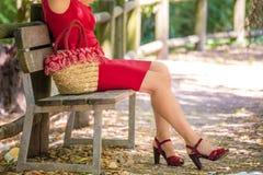 Beine der Frau wartend auf eine Bank Stockfoto