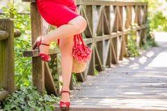 Beine der Frauenaufwartung Stockfotos