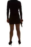 Beine der gefährlichen Frau mit Pistole und schwarzen Schuhen Stockfoto