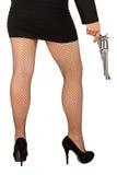 Beine der gefährlichen Frau mit Pistole und schwarzen Schuhen Lizenzfreie Stockbilder