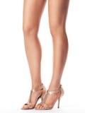 Beine der jungen Frau in den Sandalen Stockfotografie