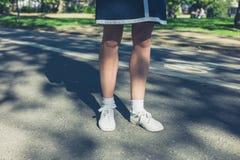 Beine der jungen Frau im Park Stockbilder
