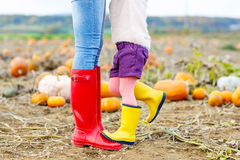 Beine der jungen Frau und ihres kleines Mädchen daugher herein Lizenzfreies Stockbild