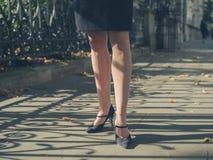 Beine der jungen Geschäftsfrau im Park Stockfotografie