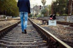 Beine der Person gehend auf Bahngleise Stockfoto