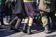 Beine der tanzenden Jugend in der Straße während Tagesder parade St Patrick s Freunde, die Spaß auf StPatricks genießen und haben lizenzfreies stockbild
