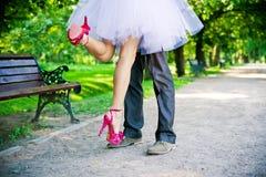 Beine des Bräutigams und der Braut. Stockbilder