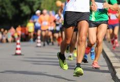 Beine des Läufers, während er läuft stockbilder
