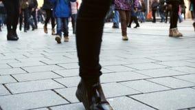 Beine des langsamen Gehens der Leute durch Stadtstraße im Winter stock footage