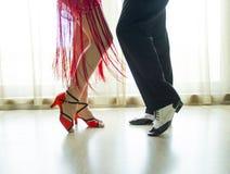 Beine des Mann- und Frauentanzens Lizenzfreies Stockfoto