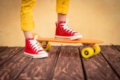 Beine des Skateboardfahrers Stockfotos