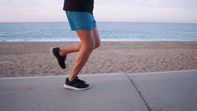 Beine des starken Mannes rüttelt auf Weg nahe Seeufer, wenn sie Zeit, Seitenansicht glätten stock footage