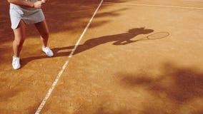 Beine des Tennisspielers auf orange Lehmtennisplatz während des Spiels stock video