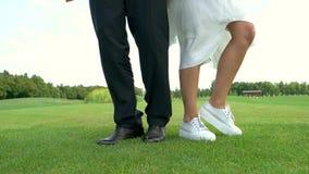 Beine, die auf Gras tanzen stock video