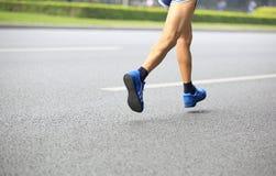 Beine, die auf Straße laufen Stockfoto