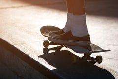 Beine, die ein Skateboard reiten Stockfotografie