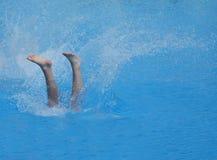Beine, die in einen Swimmingpool verschwinden Stockfotos