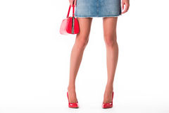 Beine, die Fersen und Handtasche tragen Stockfotografie