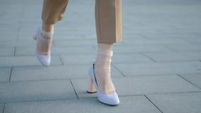 Beine, die modische Fersen der Stadtvertrauens-Art gehen stock video