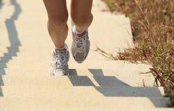 Beine, die oben auf Berg laufen stockfotografie