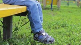 Beine ein Babyschwingen des kleinen Jungen stock video footage