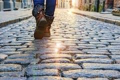 Beine einer Frau, die entlang Pflasterstraßen Europäerstädte geht Stockfotografie