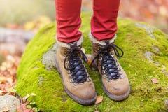Beine einer Frau im Wald Lizenzfreies Stockfoto