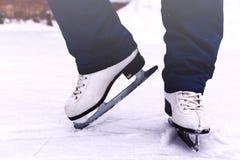 Beine einer jungen Frau, die auf den Winter eisläuft, rink Stockbilder