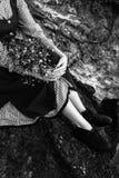 Beine einer Schönheit im Kleid auf dem Gebiet Schwarzweiss-Foto Pekings, China Lizenzfreie Stockfotografie
