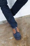 Beine eines jungen Mannes in einem modernen Schuh Lizenzfreies Stockbild