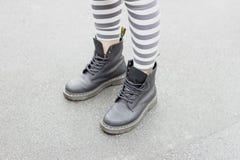 Beine eines Mädchens in den Schuhen und in den Gamaschen Lizenzfreie Stockfotos