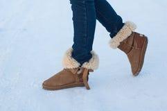Beine eines Mädchens mit braunen Schuhen Lizenzfreie Stockbilder