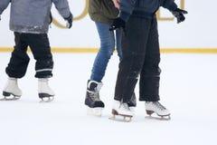 Beine eines Mannes, der auf eine Eisbahn eisläuft Lizenzfreies Stockfoto