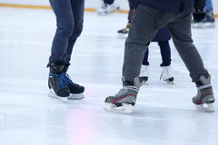 Beine eines Mannes, der auf eine Eisbahn eisläuft Stockfotografie