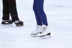 Beine eines Mannes, der auf eine Eisbahn eisläuft Stockfoto