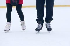 Beine eines Mannes, der auf eine Eisbahn eisläuft Lizenzfreie Stockfotografie