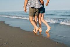Beine gehen auf den Seestrand Lizenzfreies Stockfoto
