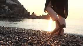 Beine gehen entlang das Ufer stock footage