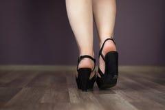 Beine mit Fersen Lizenzfreie Stockbilder