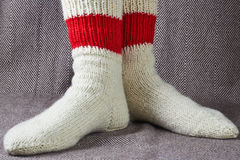 Beine in roten und weißen Socken Lizenzfreies Stockfoto