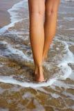 Beine sind auf dem Strand stockfoto