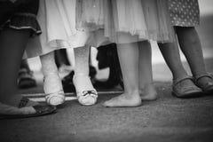 Beine und Füße kleine Mädchen in der Linie Lizenzfreie Stockfotografie