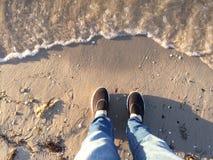 Beine und Füße selfie am Strand Stockbilder