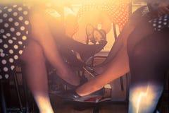 Beine unter der Tabelle lizenzfreies stockbild