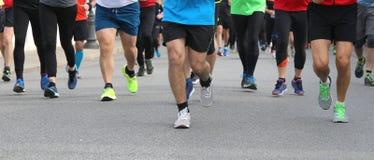 Beine vieler L?ufer am footrace in der Stadt lizenzfreie stockfotos