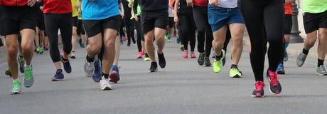 Beine vieler Leute während eines Rennens stockbilder
