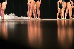 Beine von Balletttänzern auf Stadium im Theater Stockbild