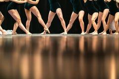 Beine von Balletttänzern auf Stadium im Theater Stockfotografie