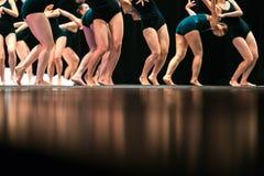 Beine von Balletttänzern auf Stadium im Theater Lizenzfreie Stockfotografie